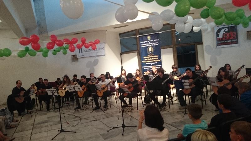 Младежки китарен оркестър