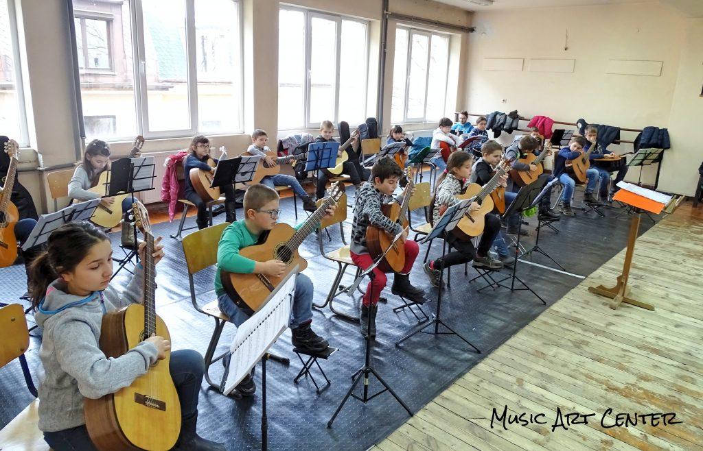 Детски китарен оркестър